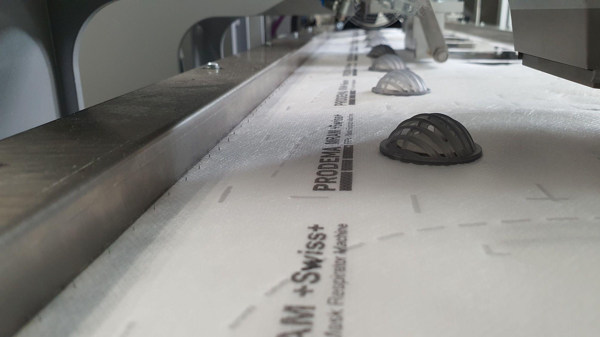 FFP2 Masken auf der Maschine mit Blexon Blechteilen