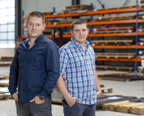 Eugen (links) und Eduard (rechts) Batzel leiten die Metallbaumontage Batzel gemeinsam mit ihrem Vater Alexander