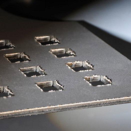 Blechteile werden entgratet um einen sauberen Laserschnitt zu erhalten